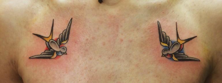 Художественная татуировка «Ласточки» на груди. Мастер Илья Берёза.