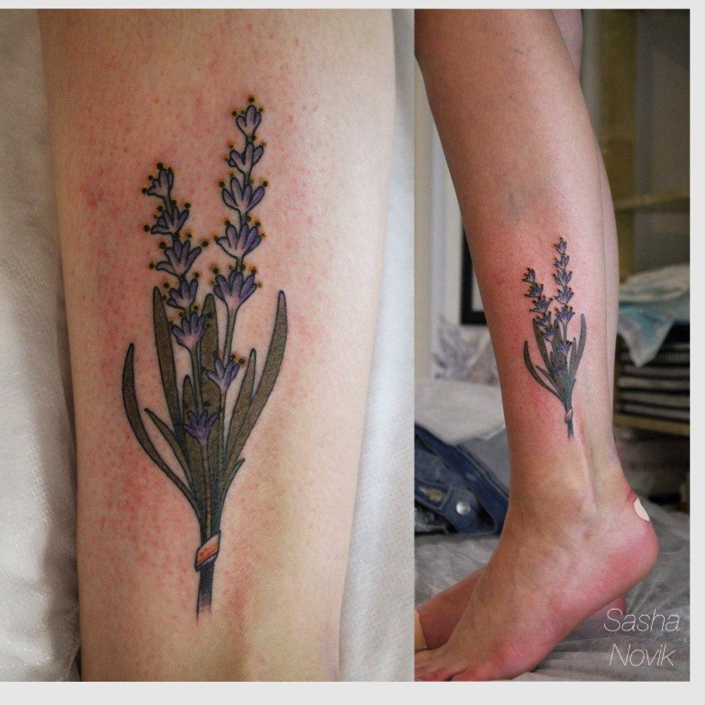 Художественная татуировка «Лаванда». Мастер — Саша Новик. Расположение — голень. Время работы — 2 часа. По своему эскизу