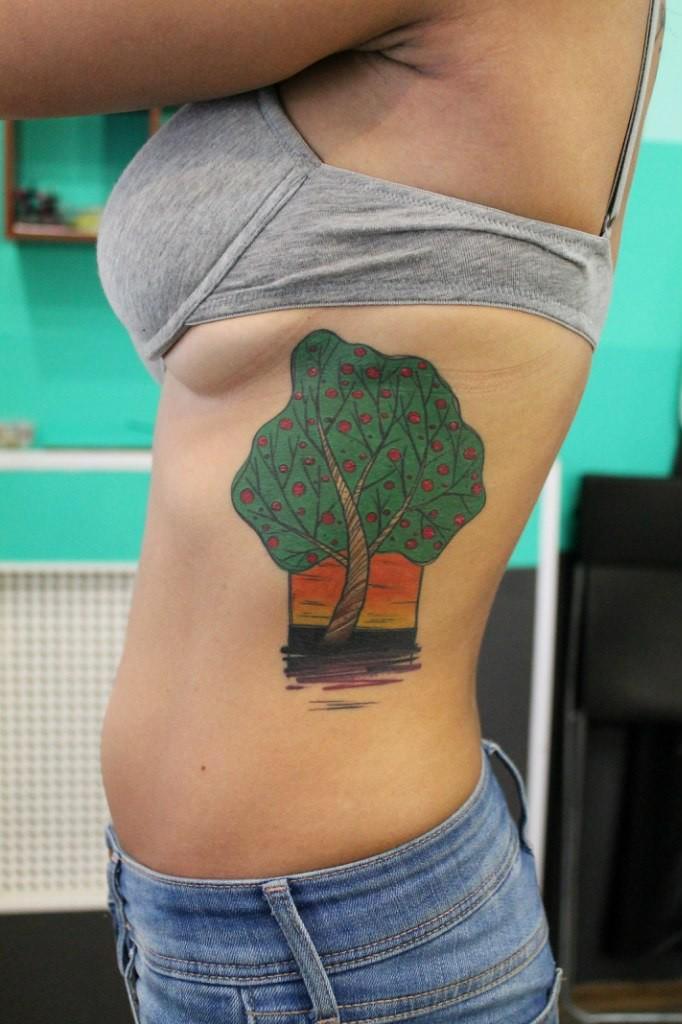 Художественная татуировка «Дерово». Мастер — Саша Новик. Расположение — ребра. Время работы — 6 часов. По своему эскизу
