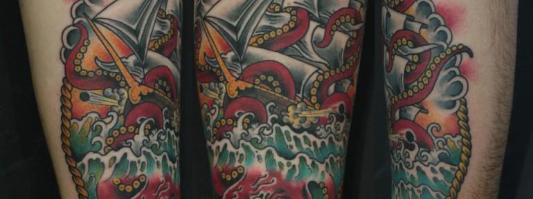 Художественная татуировка «Корабль и кракен» от Данилы-Мастера