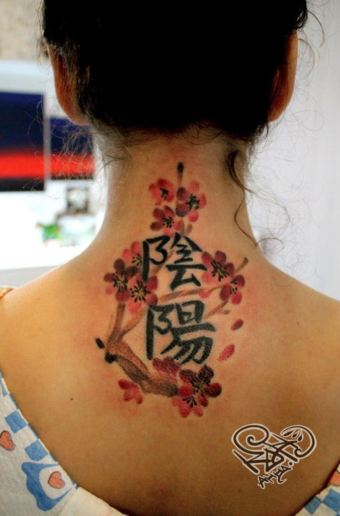 Обновление старых иероглифов с дополнением веточки сакуры. Мастер — Анна Корь.