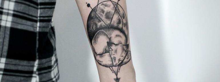 Художественная татуировка «Лиса и луна». Мастер — Инесса Кефир.