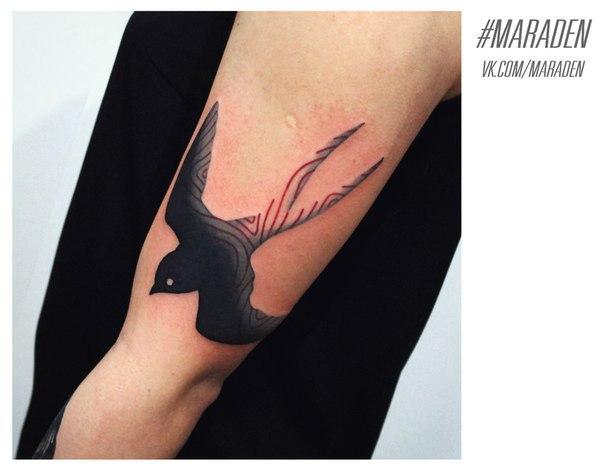 Художественная татуировка «Ласточка». Мастер — Денис Марахин.