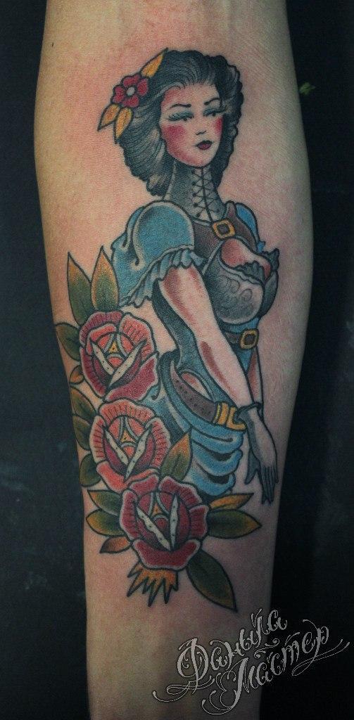 Художественная татуировка «Дама в розах» от Данилы-Мастера