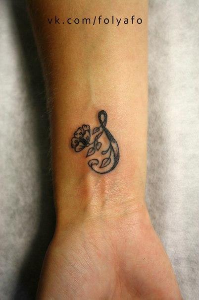Художественная татуировка «S». Мастер — Фоля Фо