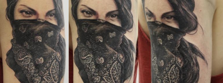 Художественная татуировка «Девушка в бандане». Мастер Виктория Ахметзянова.