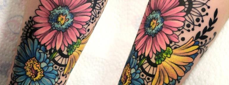 Художественная татуировка «Герберы». Мастер — Анна Корь