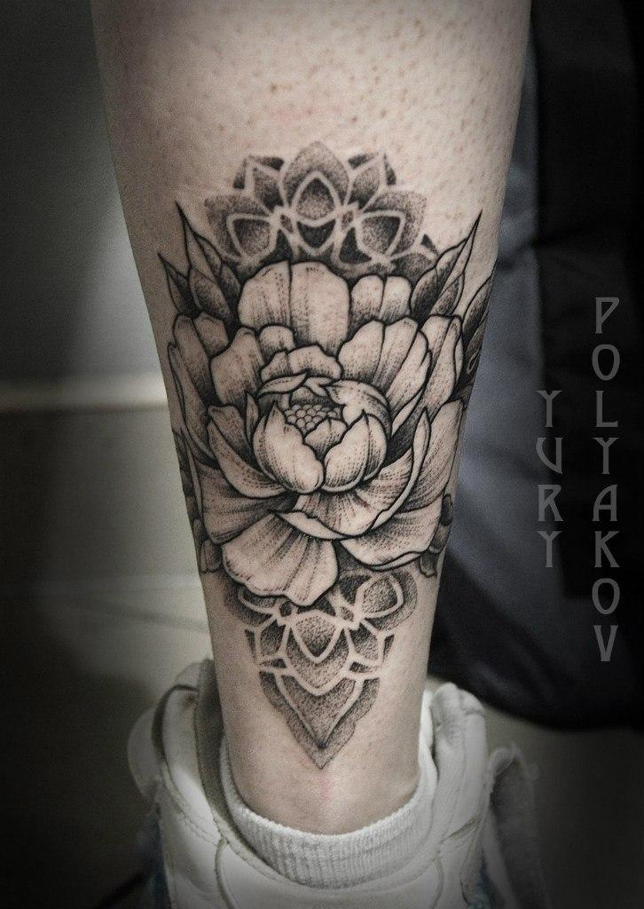 Художественная татуировка «Пион» от Юрия Полякова.