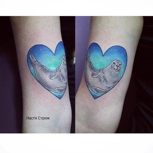 Художественная татуировка «Счастливый тюлень». Мастер Настя Стриж.
