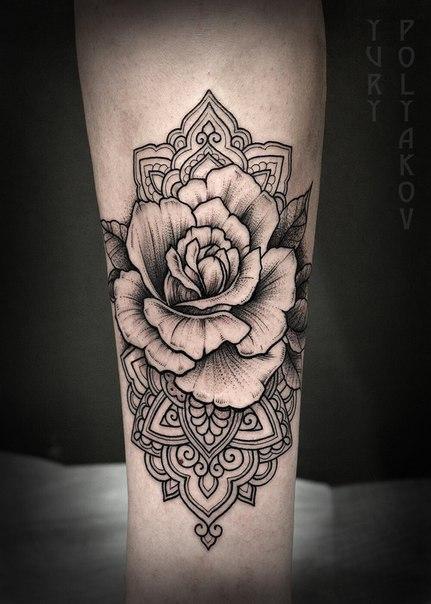 Художественная татуировка «Роза» от Юрия Полякова.