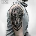 Художественная татуировка «Орнаментальный волк». Мастер — Инесса Кефир. Расположение — плечо. Время работы — 2 сеанса по 5 часов. По эскизу мастера