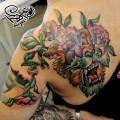Перекрытие некачественной татуировки. Мастер — Анна Корь. Расположение — спина. Время работы — два сеанса по 3 часа. Фрихенд