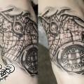 Художественная татуировка «Компас и карта». Мастер — Анна Корь. Расположение — бицепс. Время работы — 2,5часа. По идее клиента