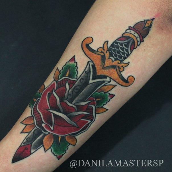 Художественная татуировка «Кинжал в розе» от Данилы-Мастера.