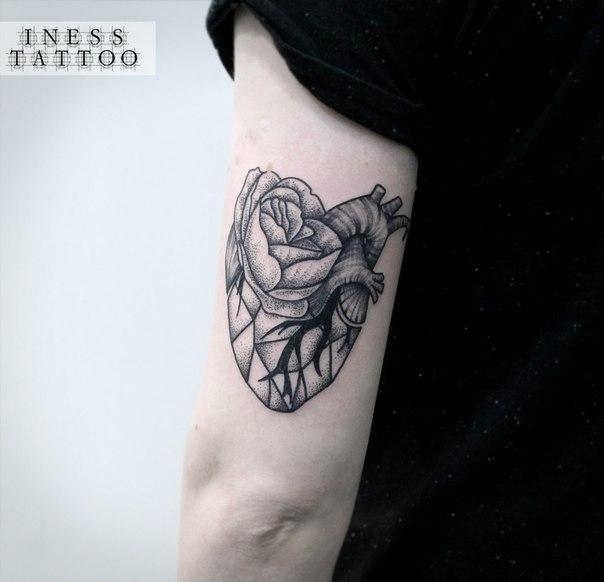 Художественная татуировка «Сердце с цветком». Мастер — Инесса Кефир.