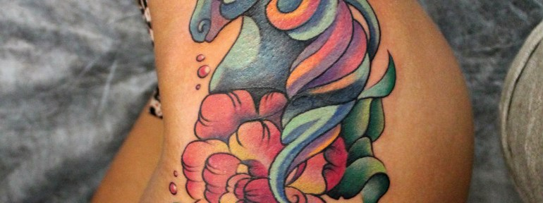 Художественная татуировка «Единорог», перекрытие надписи. Мастер — Анна Корь.