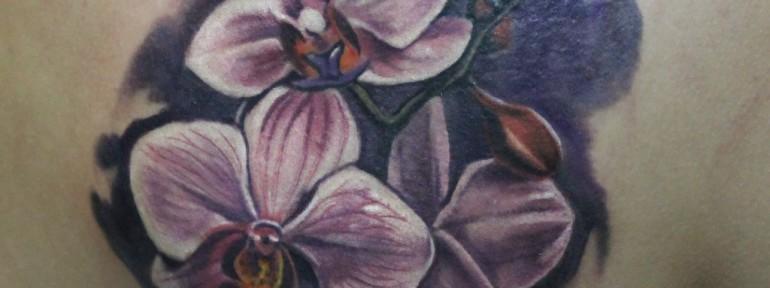 Художественная татуировка «Цветы». Мастер Ян Енот.
