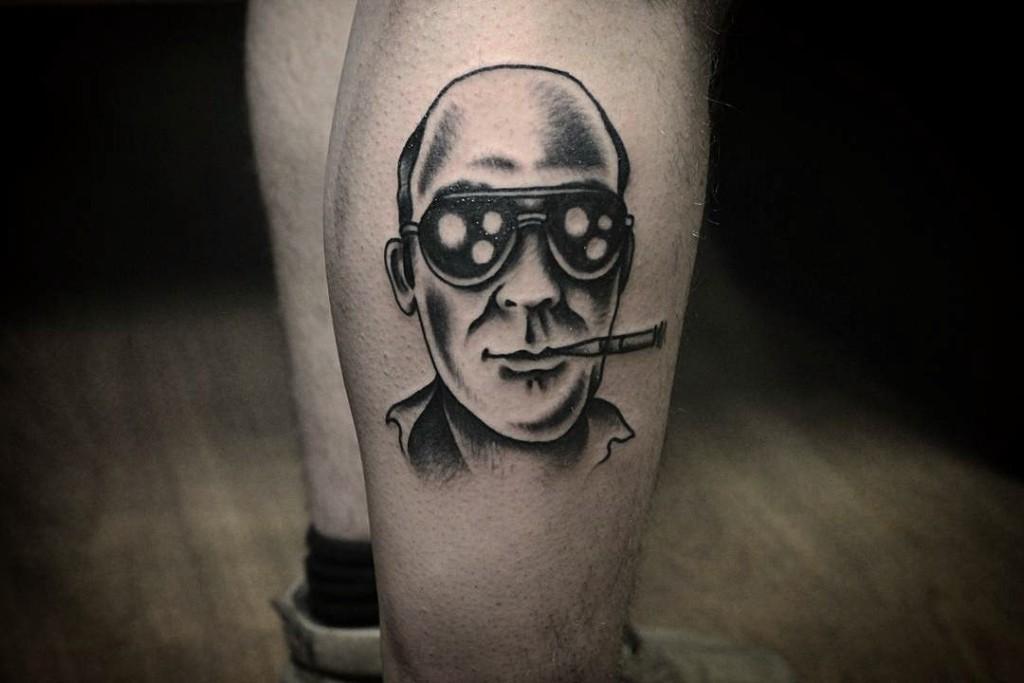 Портрет известного журналиста и писателя Хантера С. Томпсона, выполнена в традиционном стиле мастером художественной татуировки Александром Бахаревичем.