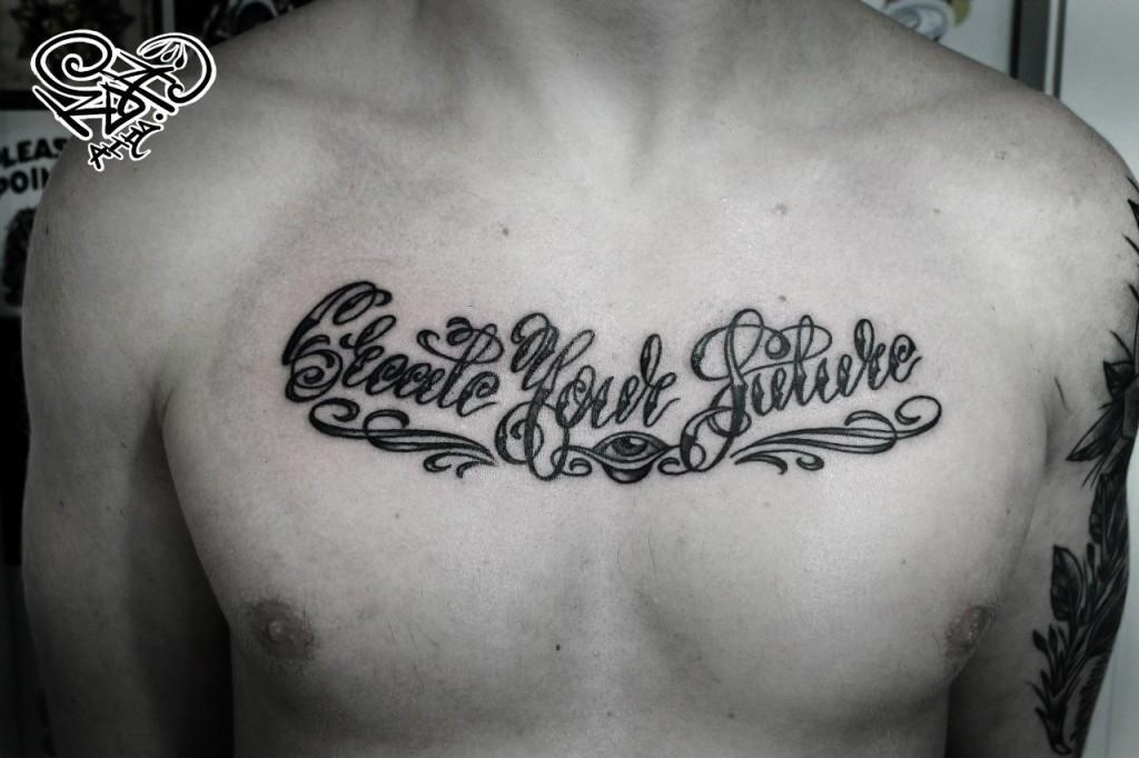 Художественная татуировка надпись «Create your future». Мастер — Анна Корь. Расположение — Грудь. Время работы — 1,5 чваса. По собственному эскизу.