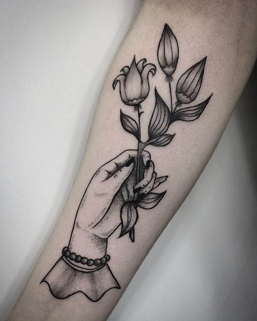 """Татуировка """"рука с цветами"""" выполнена в стиле line-work мастером художественной татуировки Лилей Золотухиной."""