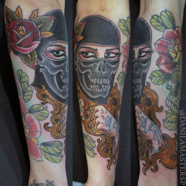 Художественная татуировка «Женщина в балаклаве» от Данилы-Мастера.