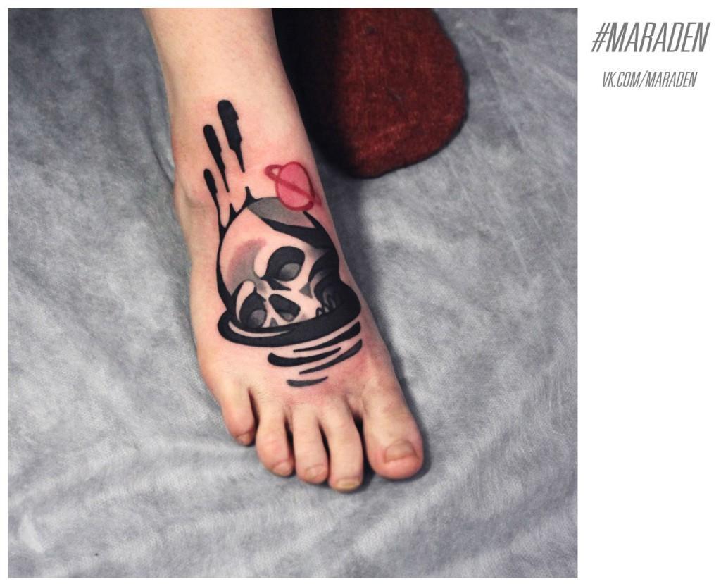 Художественная татуировка «Череп и сатурн». Мастер — Денис Марахин. Расположение — подъем ноги. По собственному эскизу.