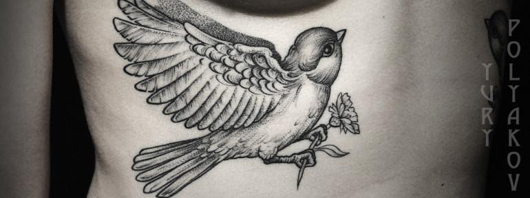 Художественная татуировка «Птица с васильком» от Юрия Полякова