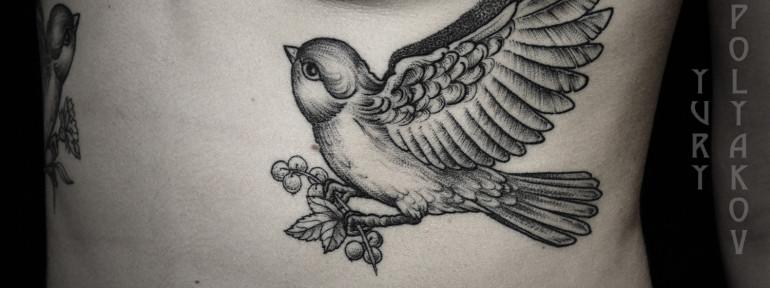 Художественная татуировка «Птица со смородиной» от Юрия Полякова