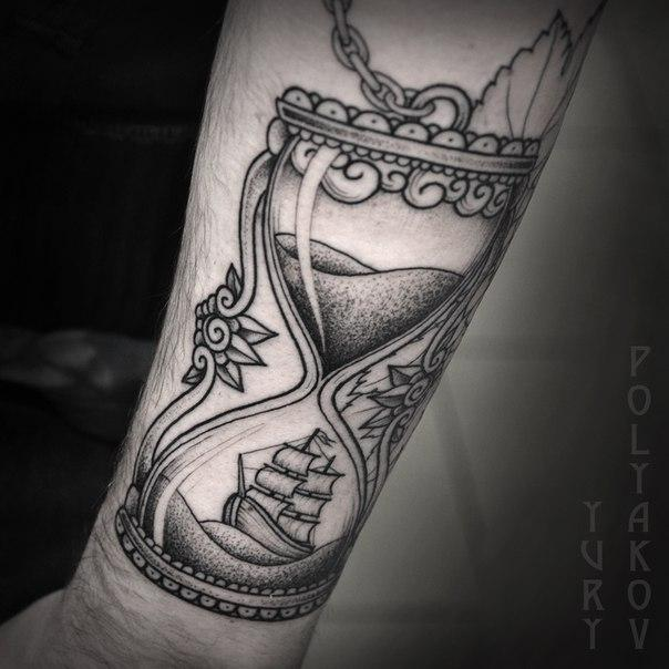 Художественная татуировка «Песочные часы» от Юрия Полякова.