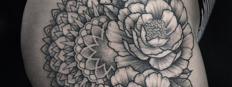 Художественная татуировка «Мандала в пионах» от Юрия Полякова