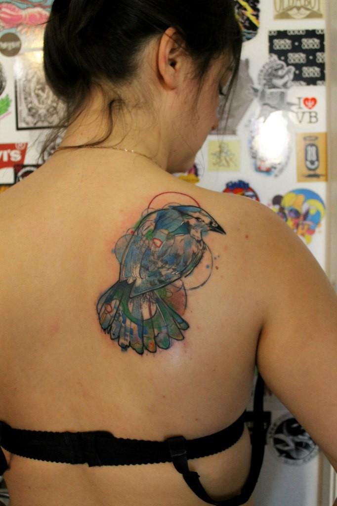 Художественная татуировка «Птица». Мастер — Саша Новик. Расположение — лопатка. По иллюстрации Abby Diamond