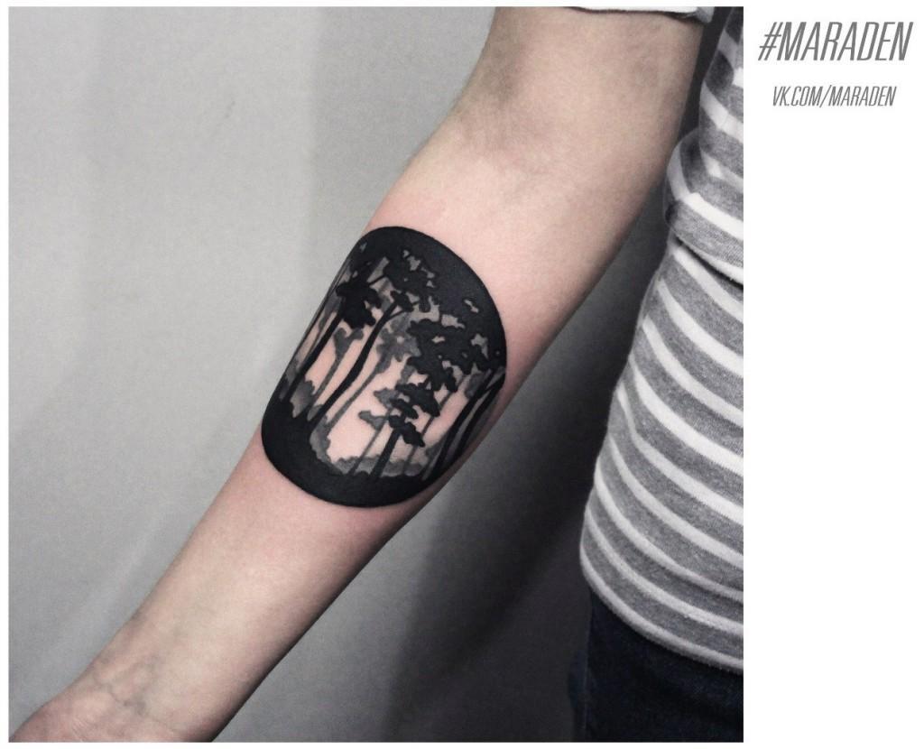 Художественная татуировка «Лес». Мастер — Денис Марахин.  Расположение — предплечье. По собственному эскизу.