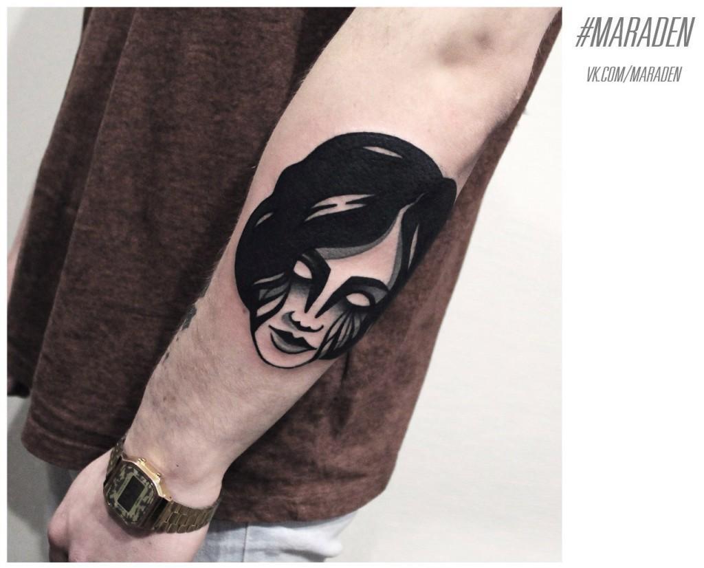 Художественная татуировка «Портрет девушки». Мастер — Денис Марахин. Расположение — предплечье. По собственному эскизу.
