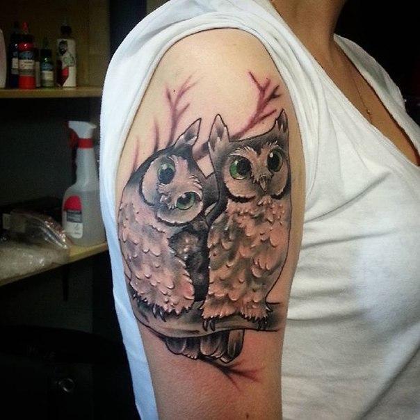Художественная татуировка «Игривые совы» от Евгения Ершова.