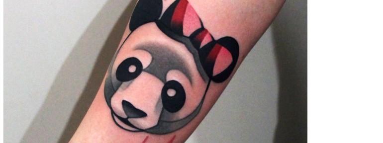 Художественная татуировка «Панда с бантом». Мастер — Денис Марахин