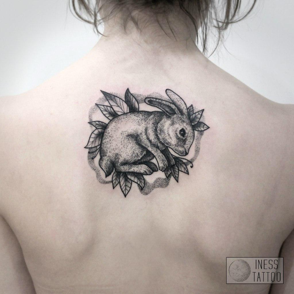Художественная татуировка «Заяц». Мастер — Инесса Кефир. Расположение — спина. Время работы — 1 сеанс. По собственному эскизу.