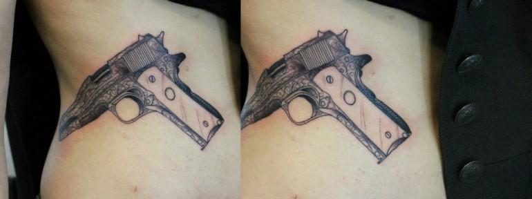 Художественная татуировка «Пистолет». Мастер — Саша Новик