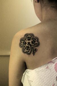 Художественная татуировка «Клевер» выполнена мастером Валерой Моргуновым на спине девушки. Время затраченное на работу — 2 часа