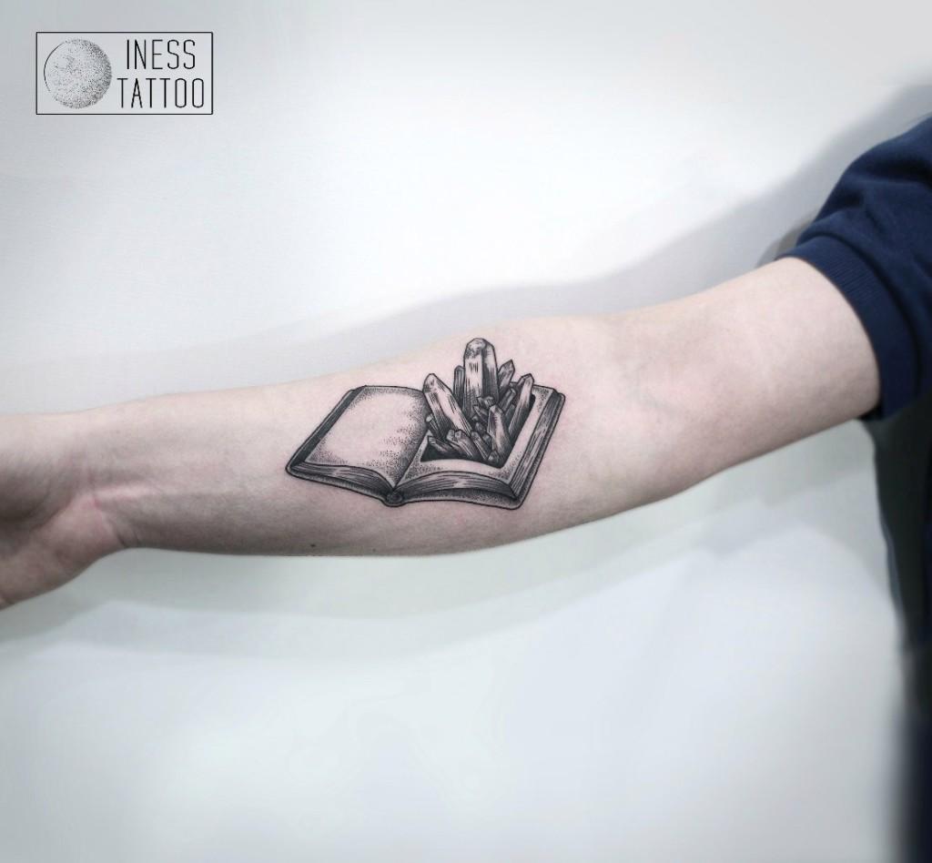 Художественная татуировка «Кристаллы в книге». Мастер — Инесса Кефир. Расположение — предплечье. По собственному эскизу.