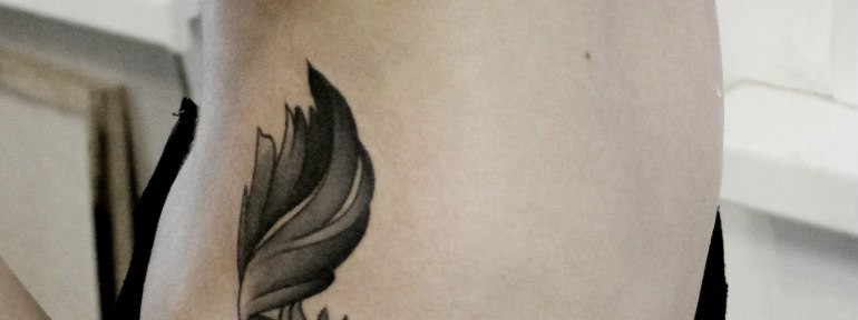 Художественная татуировка «Перо». Мастер — Анна Корь