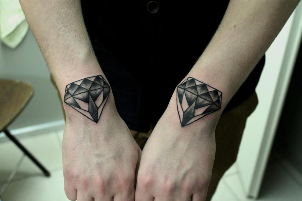 Татуировка «бриллианты» на запястьях