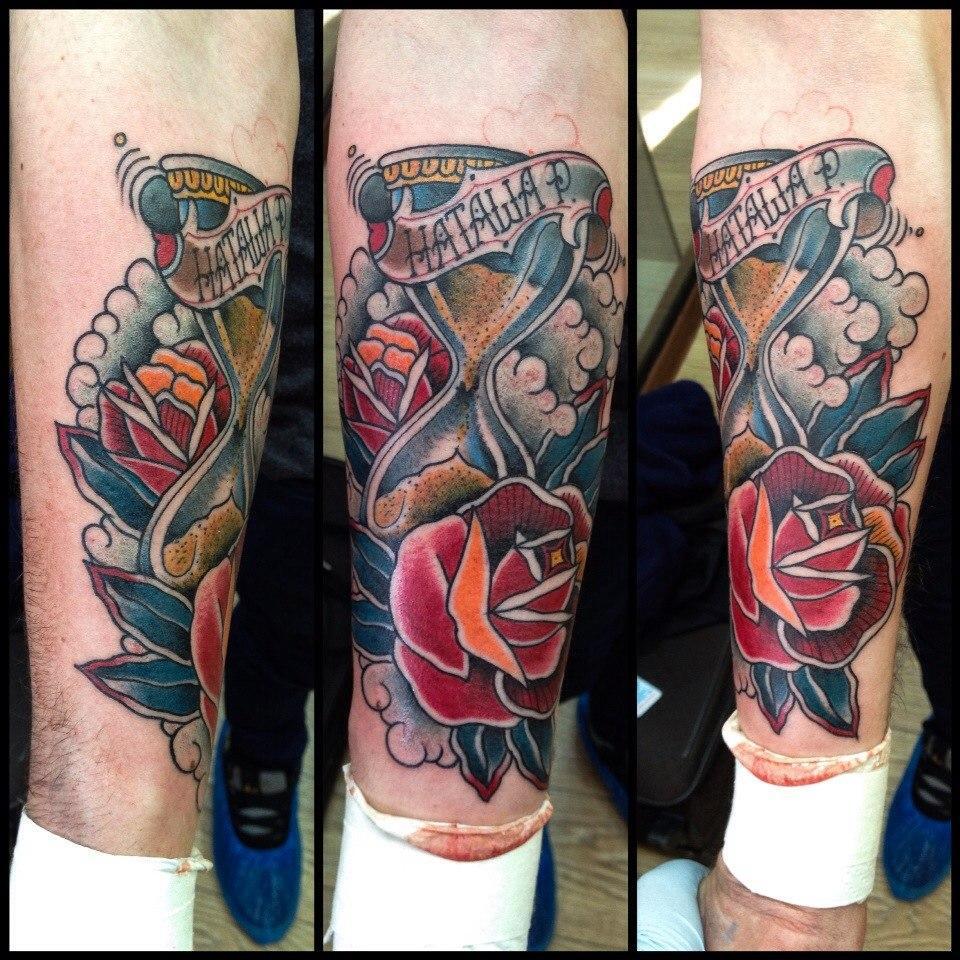 Художественная татуировка «Часы и розы»
