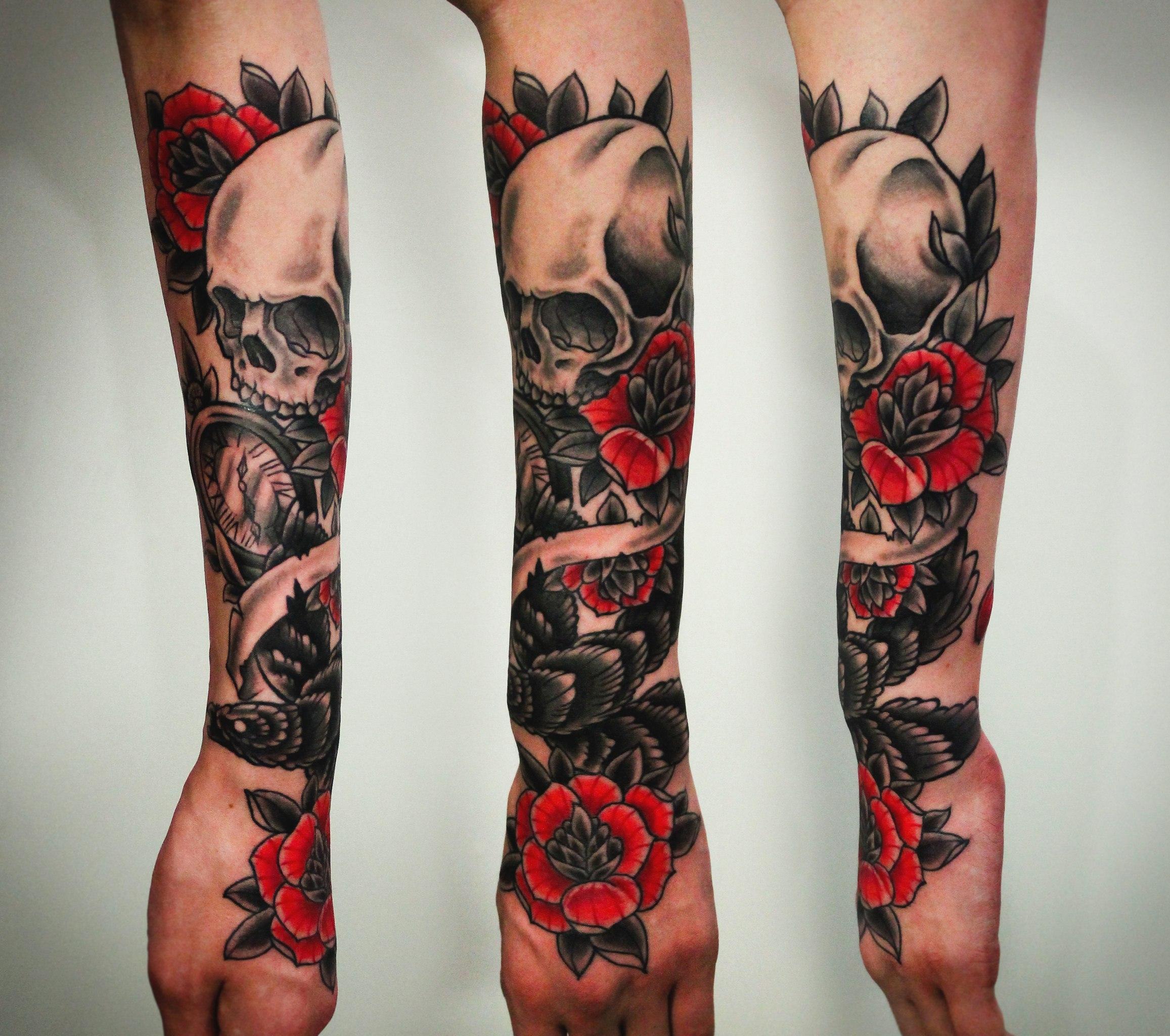 Художественная татуировка «Череп с розами, птицей и часами»