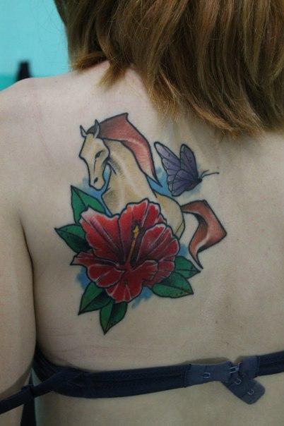Художественная татуировка «Лошадь». Мастер — Саша Новик. Расположение — лопатка.
