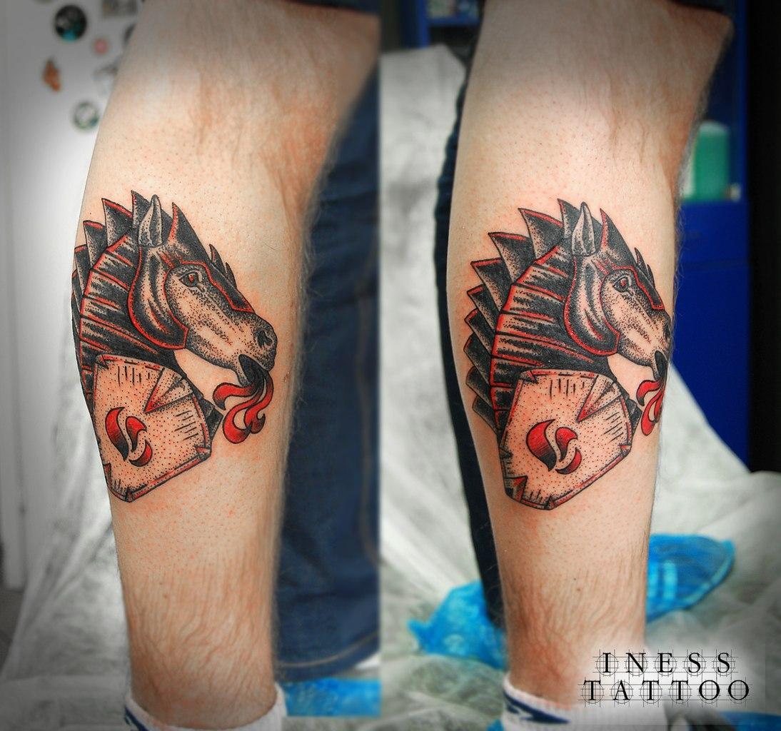 Конь сделан на ноге молодого человека по индивидуальному эскизу мастера. Время работы — около 2 часов