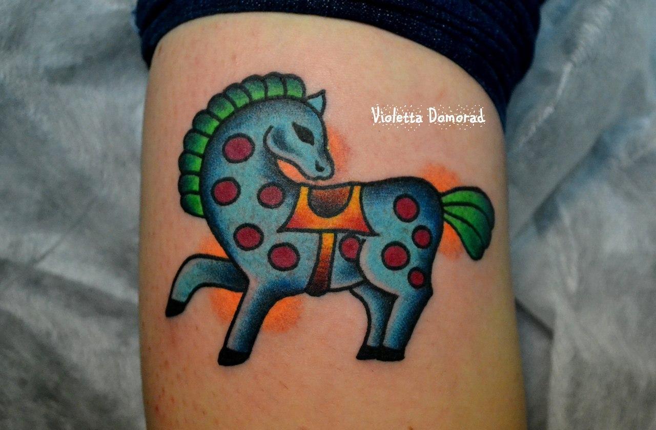 Татуировка выполнена на икре сзади. Миниатюрная цветная наколка от Виолетты Доморад