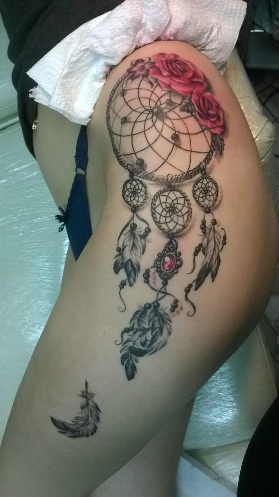 Художественная татуировка «Ловец снов». Мастер — Анна Корь. Расположение — бедро. Время работы — 4,5 часа. По собственному эскизу.