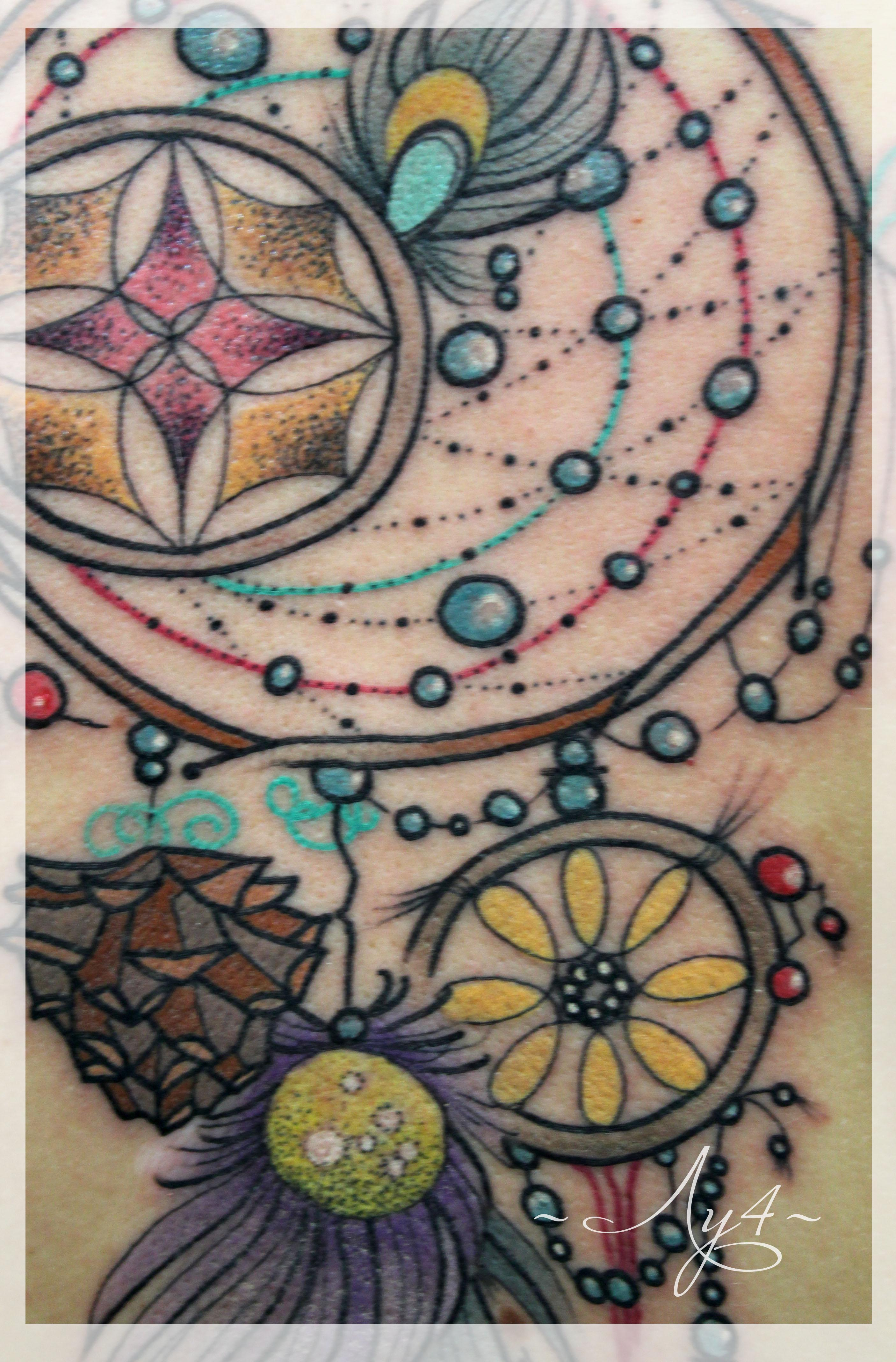 Художественная татуировка «Ловец снов» от мастера Кати Луч. Работа по индивидуальному эскизу. В традиционном стиле с элементами дотворка.