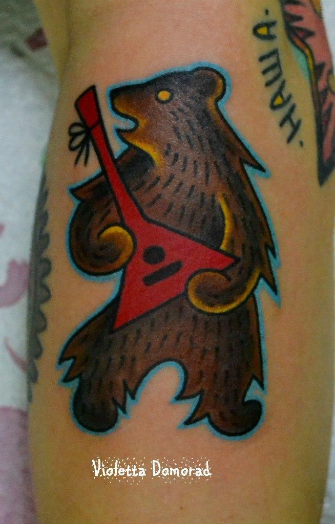 Миниатюрная татуировка «медведь». Выполнена на предплечье. Мастер Виолетта Доморад.