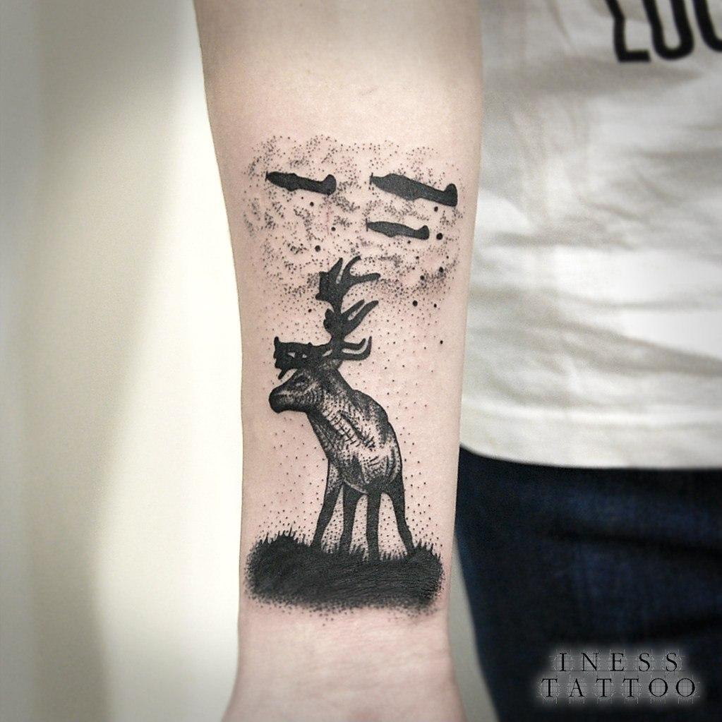 Художественная татуировка «Олень». Мастер Инесса Кефир. Время работы 1,5 часа. Расположение: предплечье.